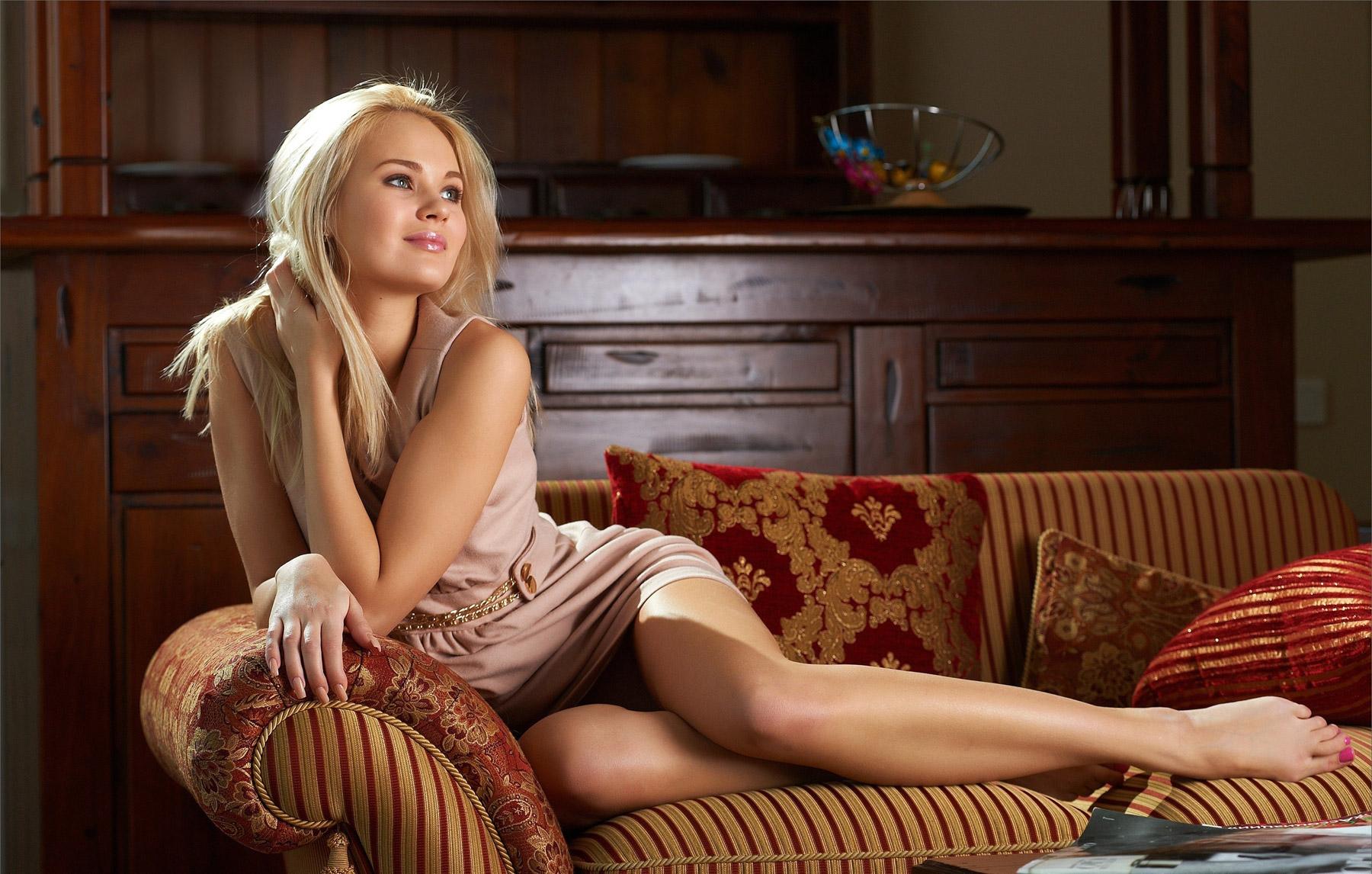 Девушка блондинка на диване фото 199-920