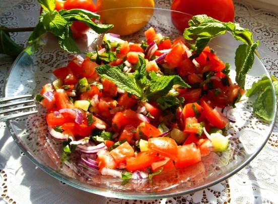 Салат из помидоров с мятой